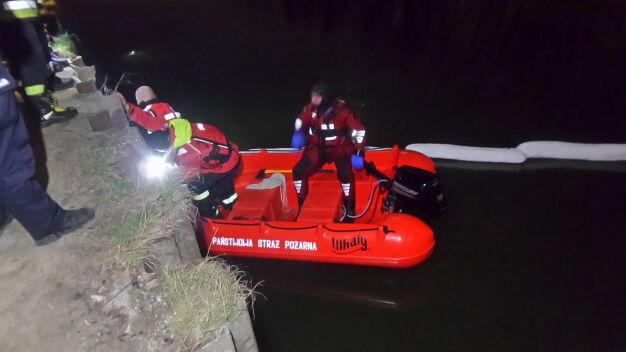 Wyciek na Kanale Żerańskim. Policjanci ruszyli za plamą, dotarli do statku