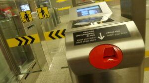 Nowe bramki w metrze. Dlaczego działają tak wolno? To zamierzone