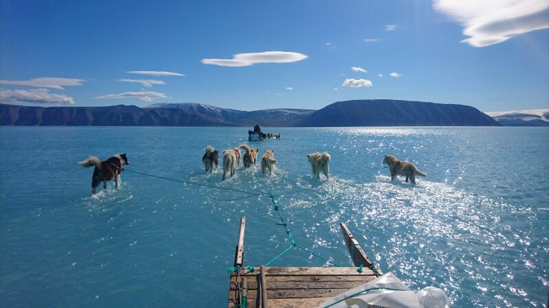 Zdjęcie przedstawia gwałtowne topnienie lodu na Grenlandii (Steffen M.Olsen/Danmarks Meteorologiske Institut)
